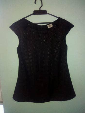 Blusa negra formal e informal