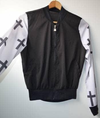 Chaqueta negra con mangas de cruz