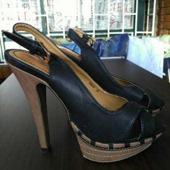Zapatos altos negros de plataforma