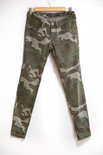 Pantalón militar con detalles