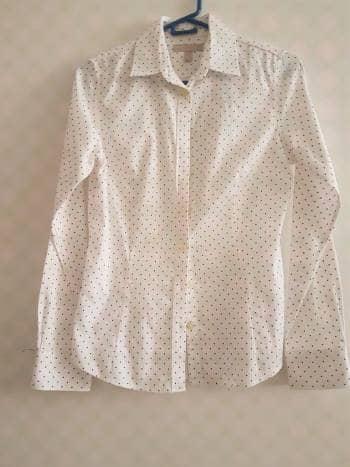 Camisa blanca con puntos azules