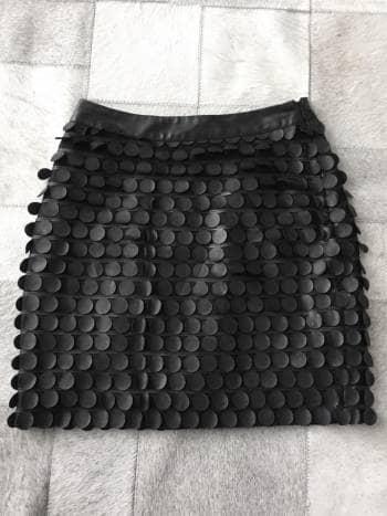 Minifalda negra de cuero a la cintura